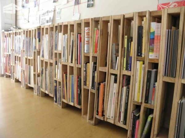 Bookcase-or-magazine-rack-made-with-vertical-pallets