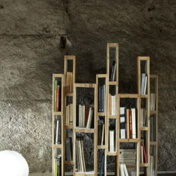 Design Bookshelf With Vertical Pallets