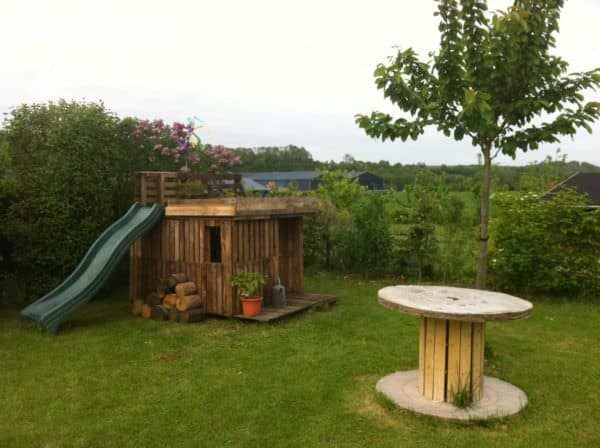 Kids Playhouse With Green Roof Made Out Of 20 Recycled Pallets Fun Pallet Crafts for KidsPallet Sheds, Pallet Cabins, Pallet Huts & Pallet Playhouses