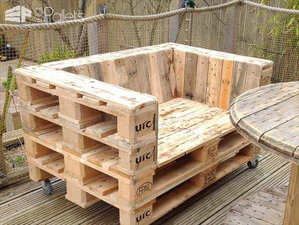 wooden-pallet-chair-on-wheels