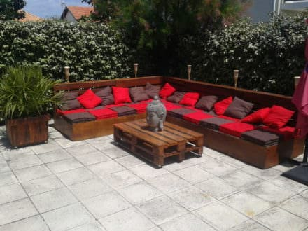 Complete Pallet Garden Lounge With Table & Planters