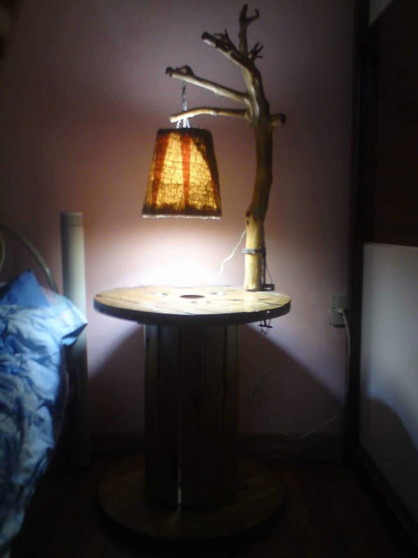 Lampara Y Mesa De Noche De Carrete / Branch Lamp & Reel Bedside Table Pallet Desks & Pallet Tables Pallet Lamps & Lights