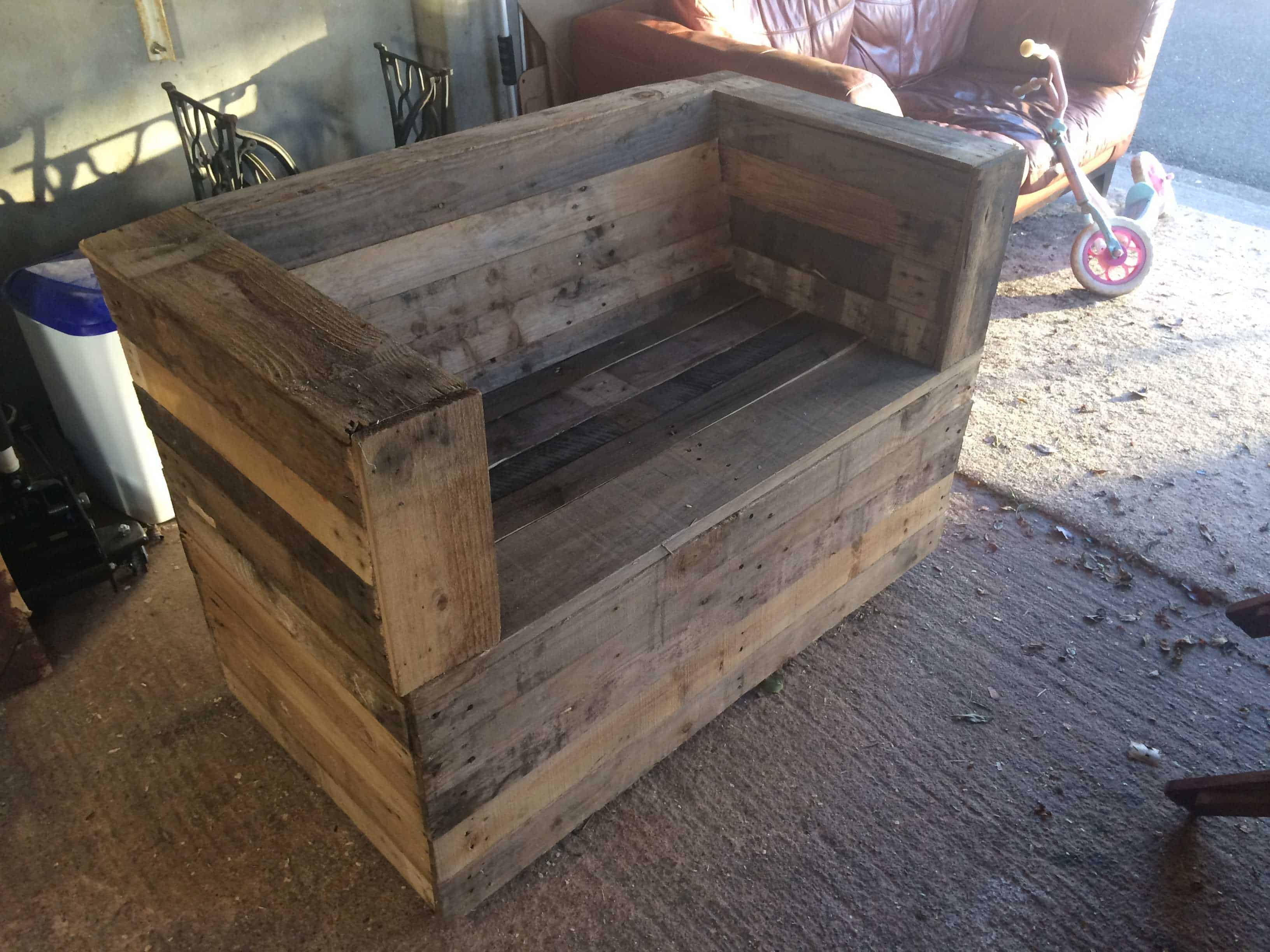 Bench beer cooler from pallets 1001 pallets for Banc en bois de palette
