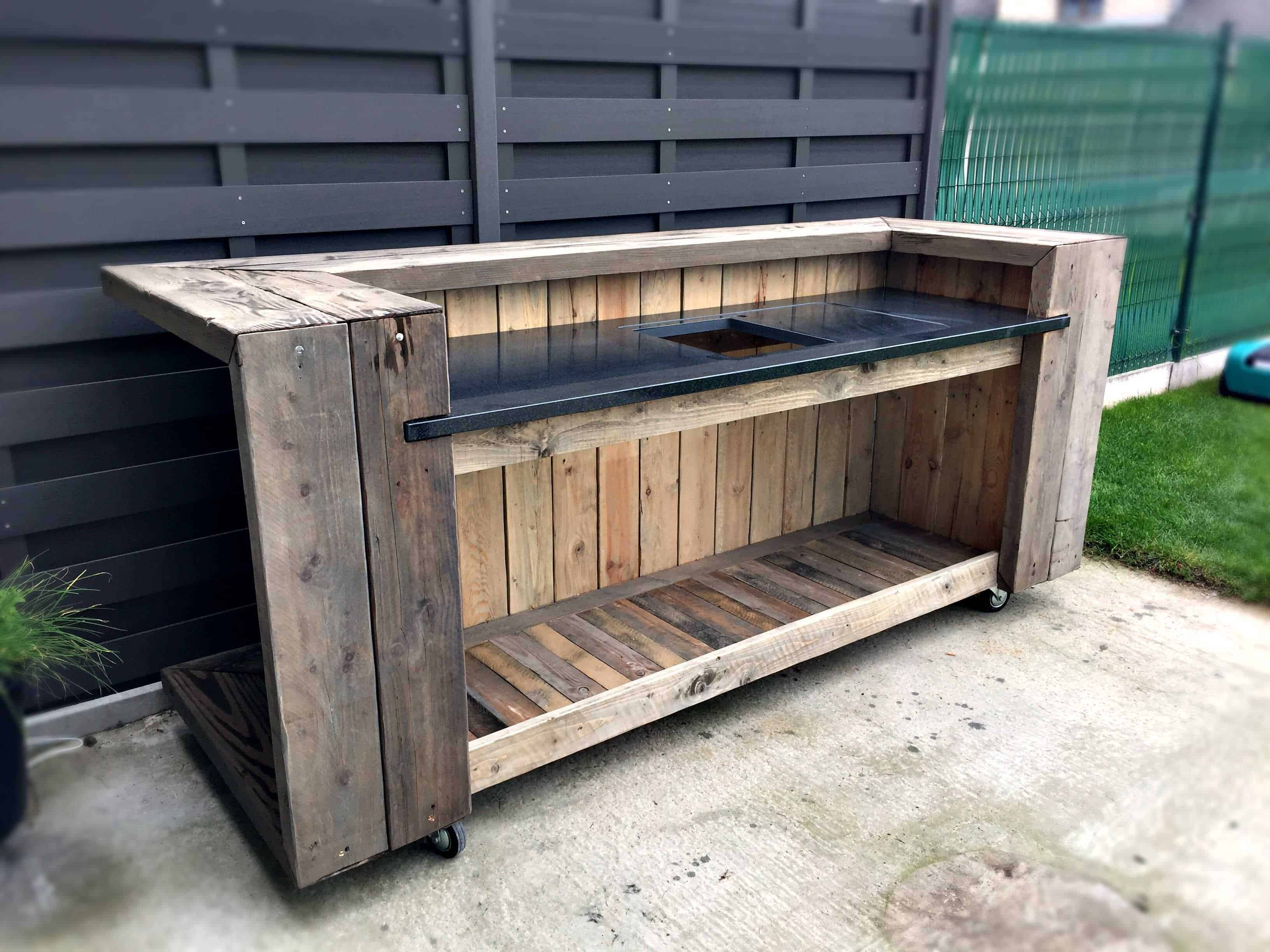 Pallet outdoor kitchen bar pallet ideas 1001 pallets for Table exterieur palette