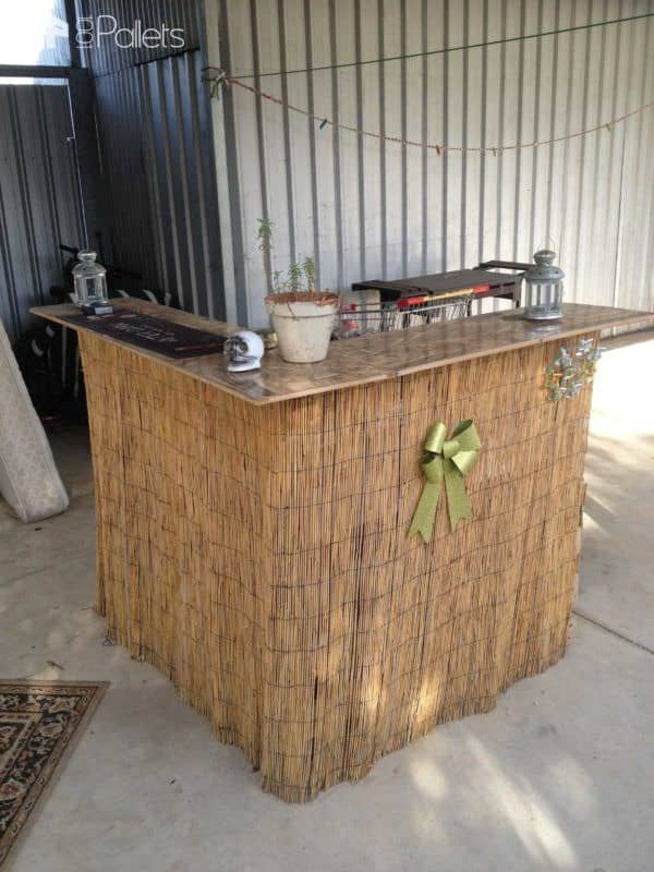 35 Awesome Wooden Pallet Bars8