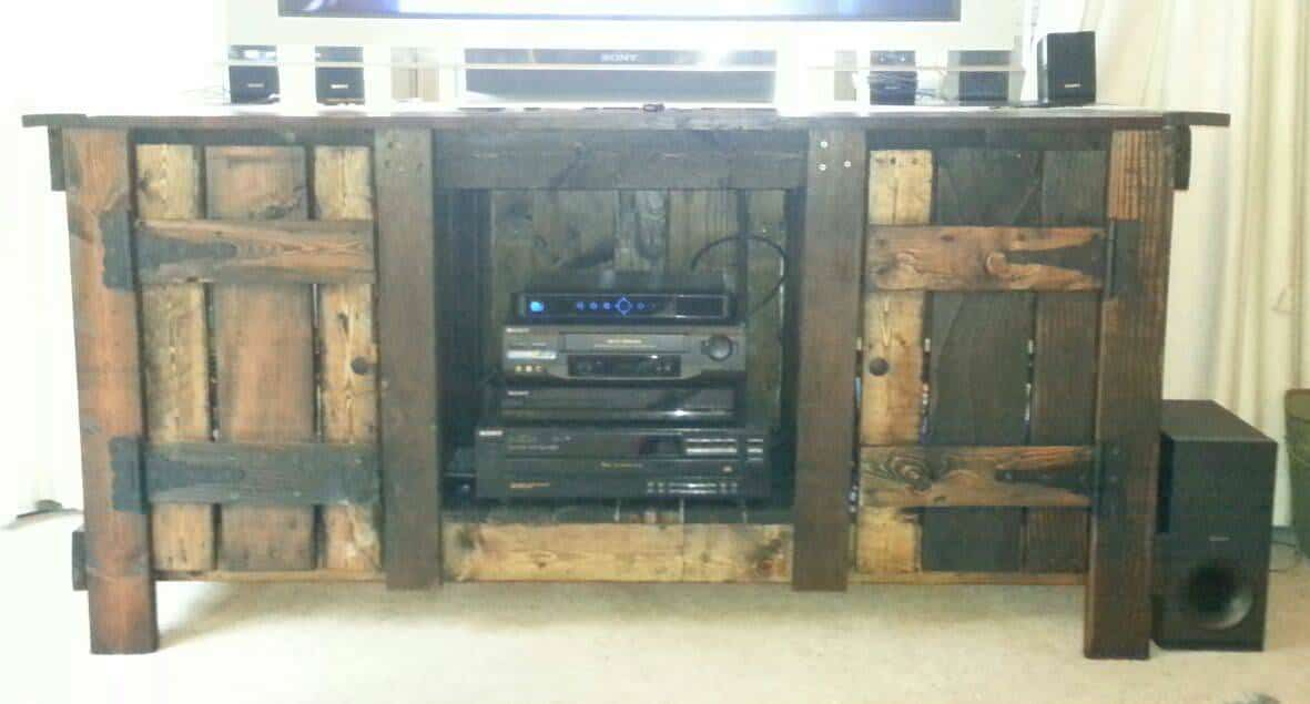 Antique white wine rack made out of pallets 1001 pallets - Diy rustic entertainment center ...