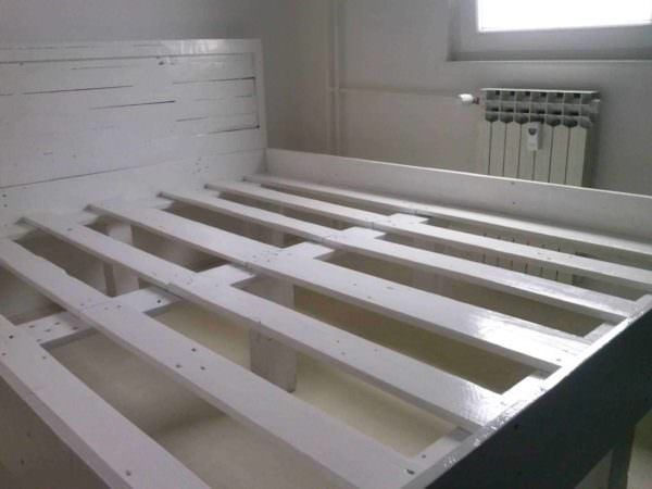 Pallet Bed Frame DIY Pallet bed headboard and frame - Pallet Bedroom