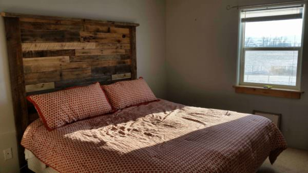 Pallet/Reclaimed Barnwood Headboard DIY Pallet Bedroom - Pallet Bed Frames & Pallet Headboards