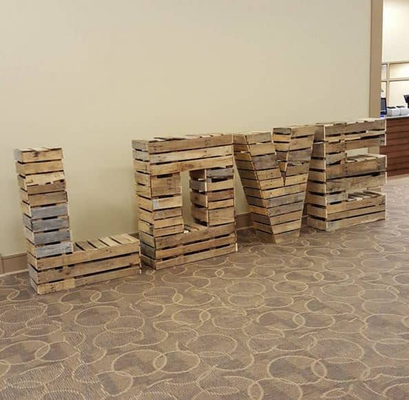 19 Brilliant Valentine's Day Decorations Made out of Pallets Pallet Wall Decor & Pallet Painting