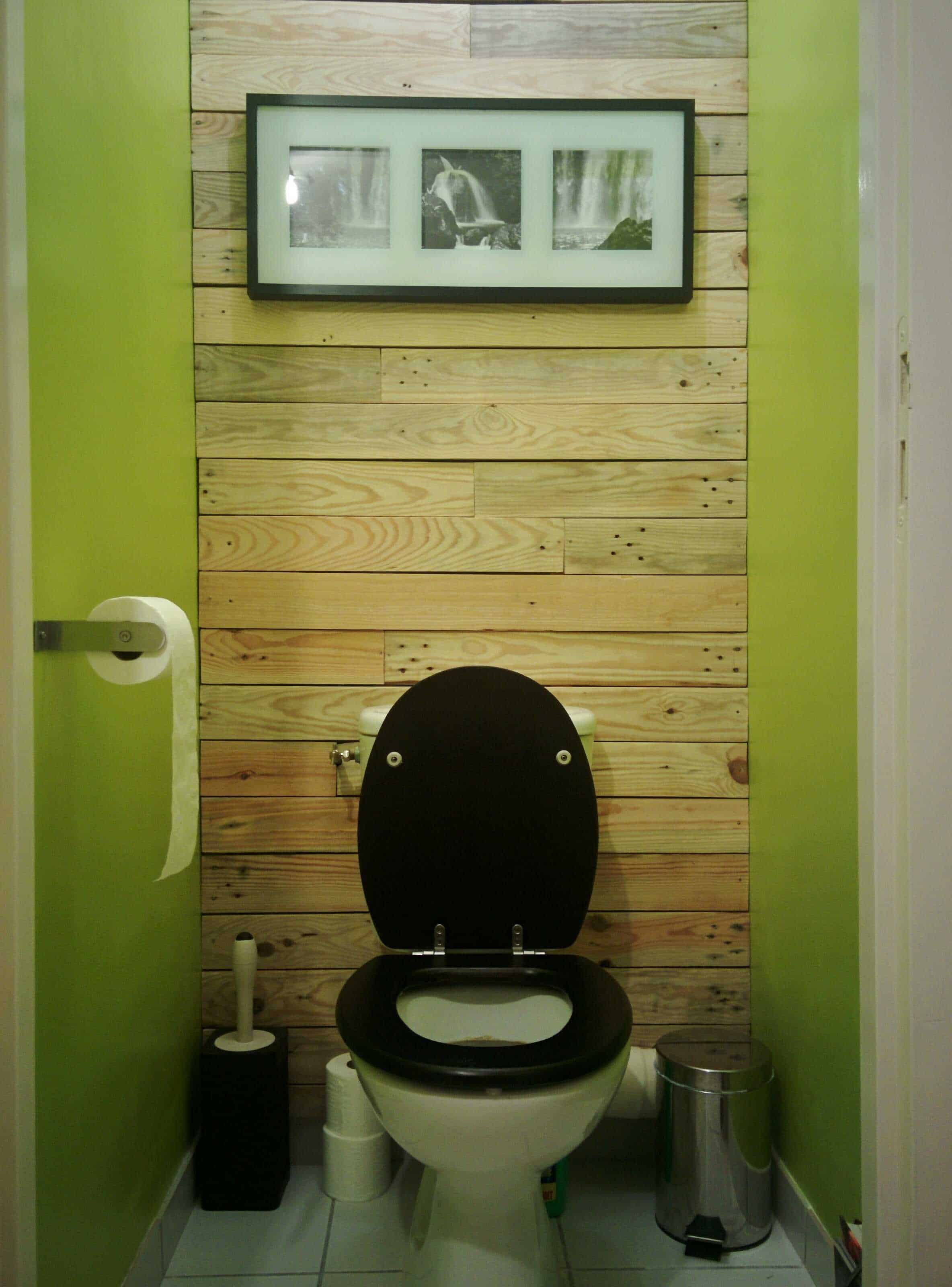 D coration de mur en bois de palettes toilet pallet wall for Decoration toilette