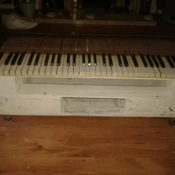 Piano Key Pallet Table With Wheels