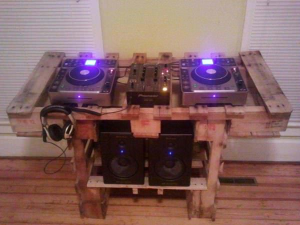 Turntable Stand Out Of Two Pallets Pallet Desks & Pallet Tables