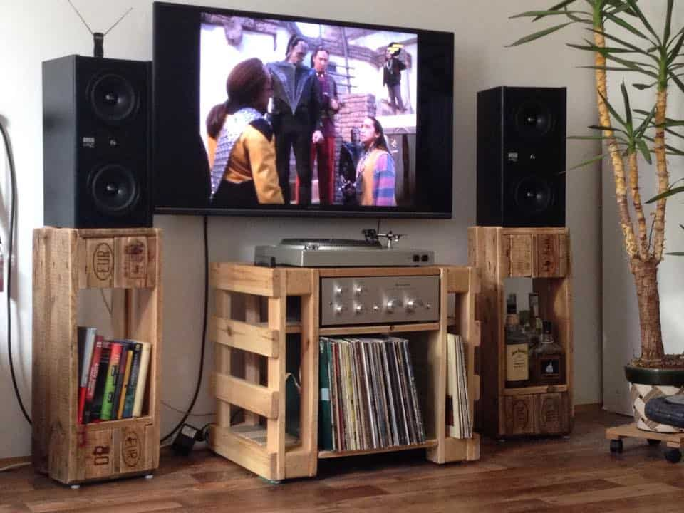Turntable hi fi lp table speaker stands pallet ideas 1001 pallets - Idee deco avec palette ...