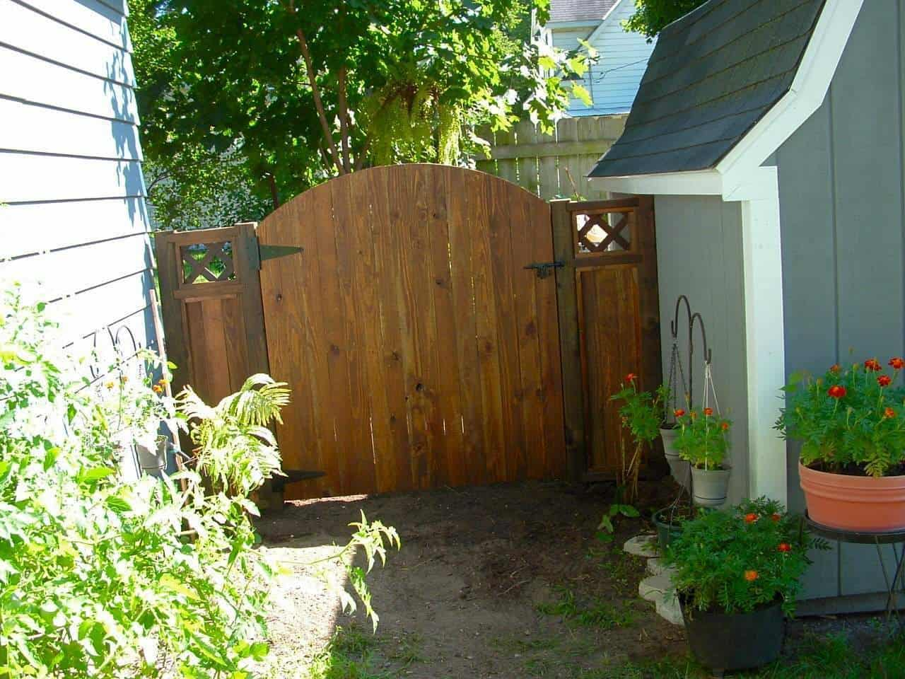 Pallet fences your design build can save you money 1001pallets gate and small fence using pallet wood baanklon Gallery