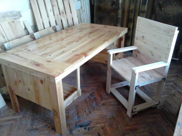 Desk & Chair from 3 Repurposed Pallets Pallet Benches, Pallet Chairs & Stools Pallet Desks & Pallet Tables