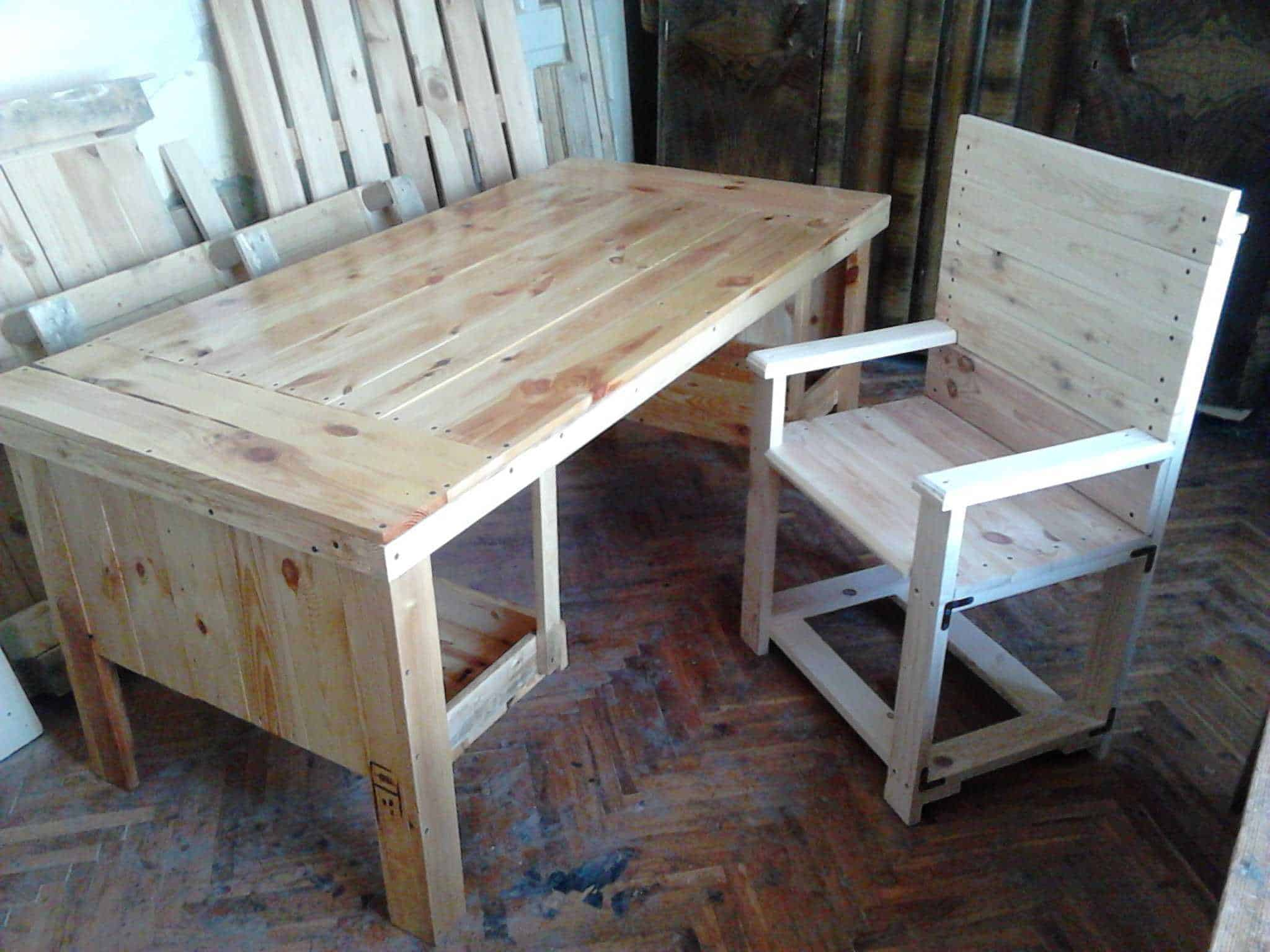 Desk & Chair from 3 Repurposed Pallets • 1001 Pallets