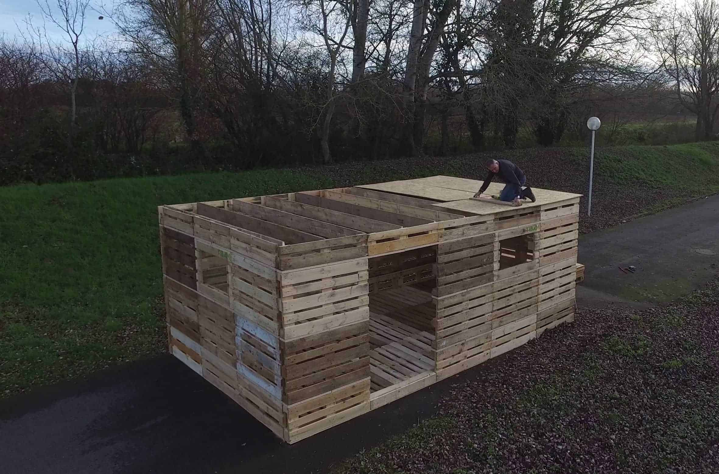 what if you could build a shelter from pallets in one day 1001 pallets. Black Bedroom Furniture Sets. Home Design Ideas