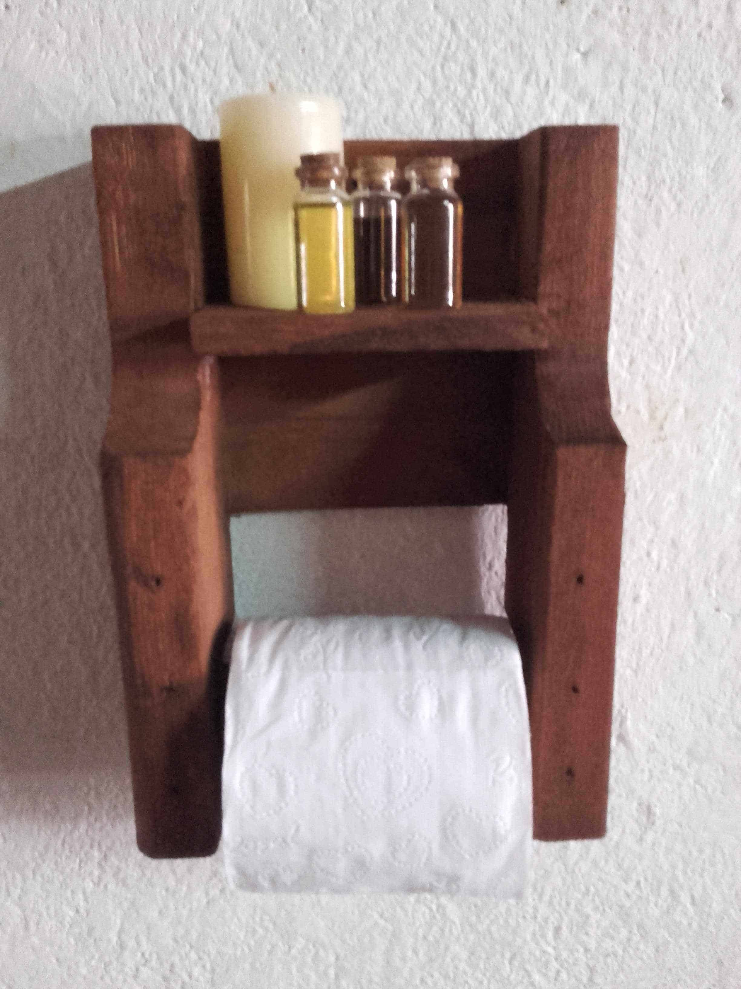 Pallet toilet paper holder o 1001 pallets for Best brand of paint for kitchen cabinets with paper candle holder