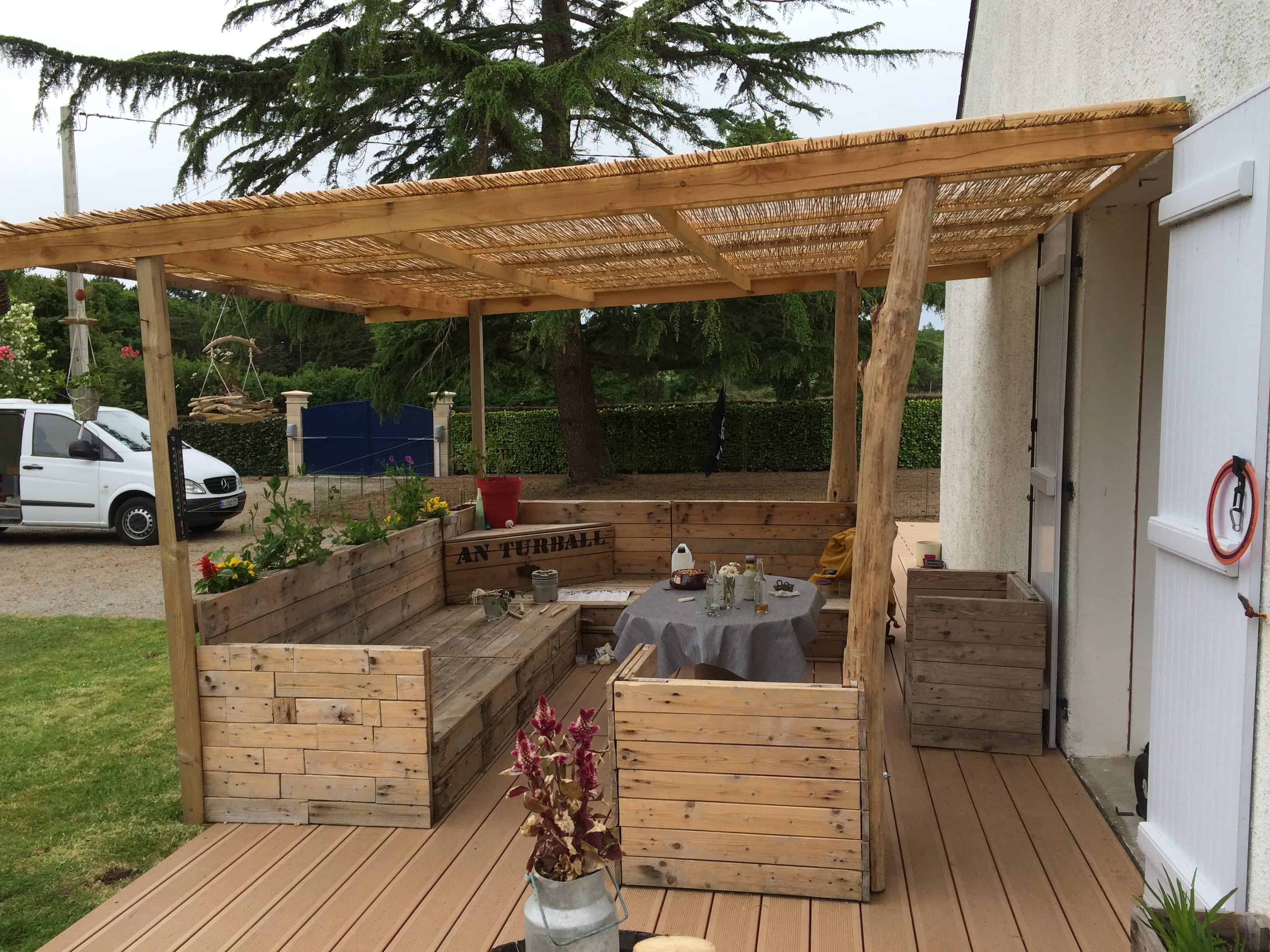 Salon de jardin 15 pallets garden set 1001 pallets for Palette table de jardin