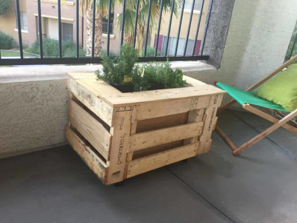 Self watering portable planter box 1001 pallets for Movable pallets