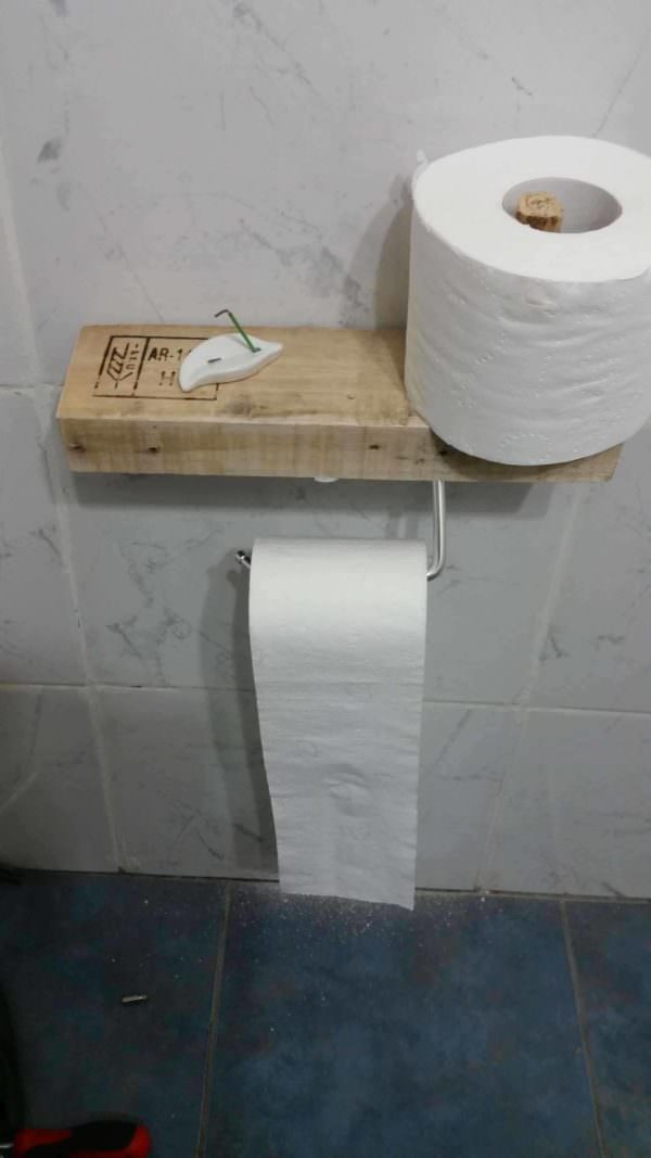 Super-easy Pallet Toilet Paper Holder Pallet ideas for DIY - Home Décor
