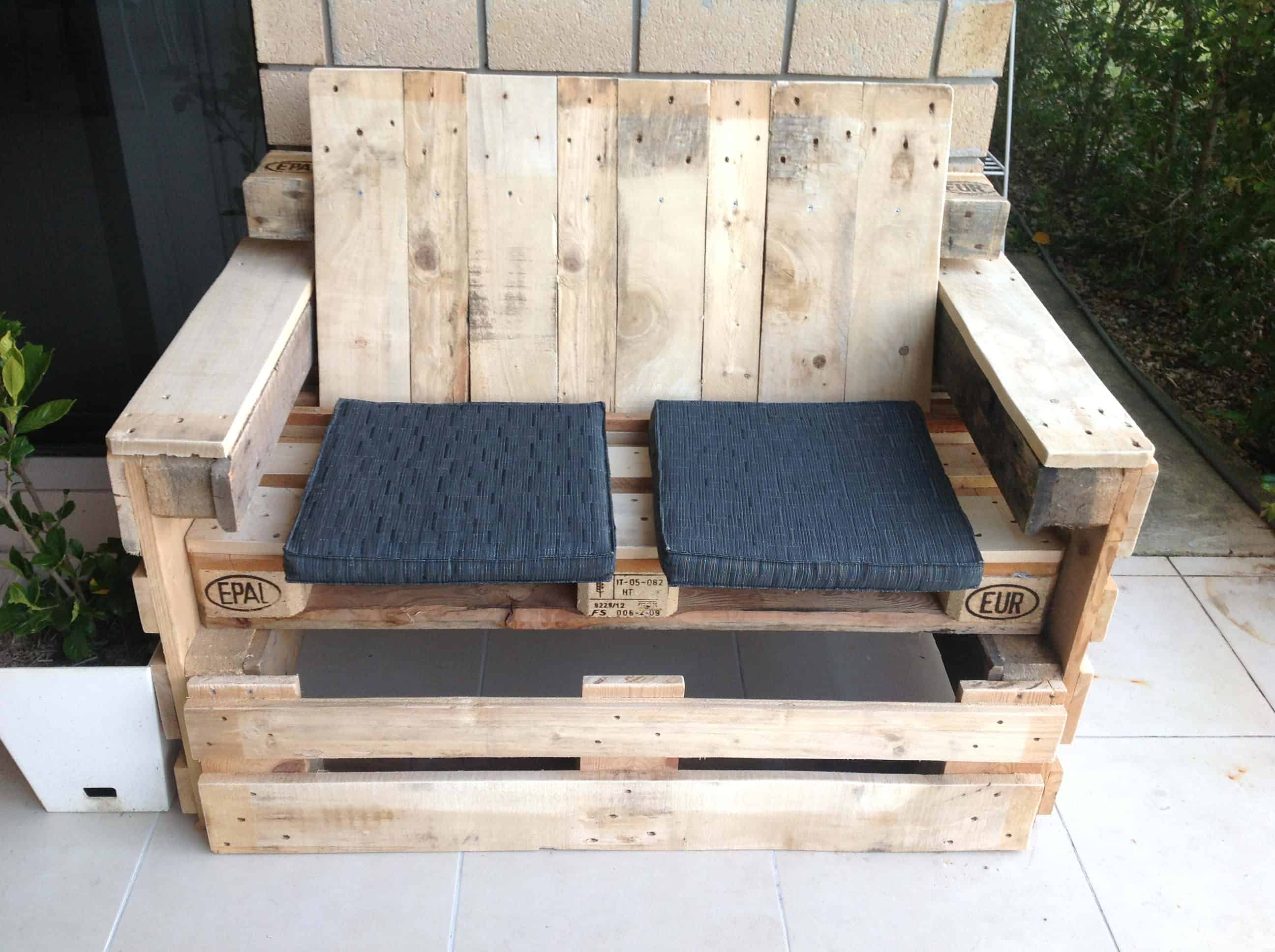 Outdoor pallet lounge seat 1001 pallets - Lounger for the garden crossword ...