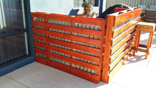 1001pallets.com-rustic-outdoor-bar-area-made-from-pallets-shipping-cratesrecycled-wood-and-old-tin6