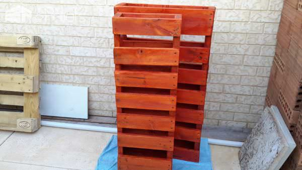1001pallets.com-rustic-outdoor-bar-area-made-from-pallets-shipping-cratesrecycled-wood-and-old-tin3