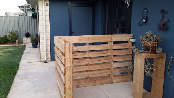 1001pallets.com-rustic-outdoor-bar-area-made-from-pallets-shipping-cratesrecycled-wood-and-old-tin1