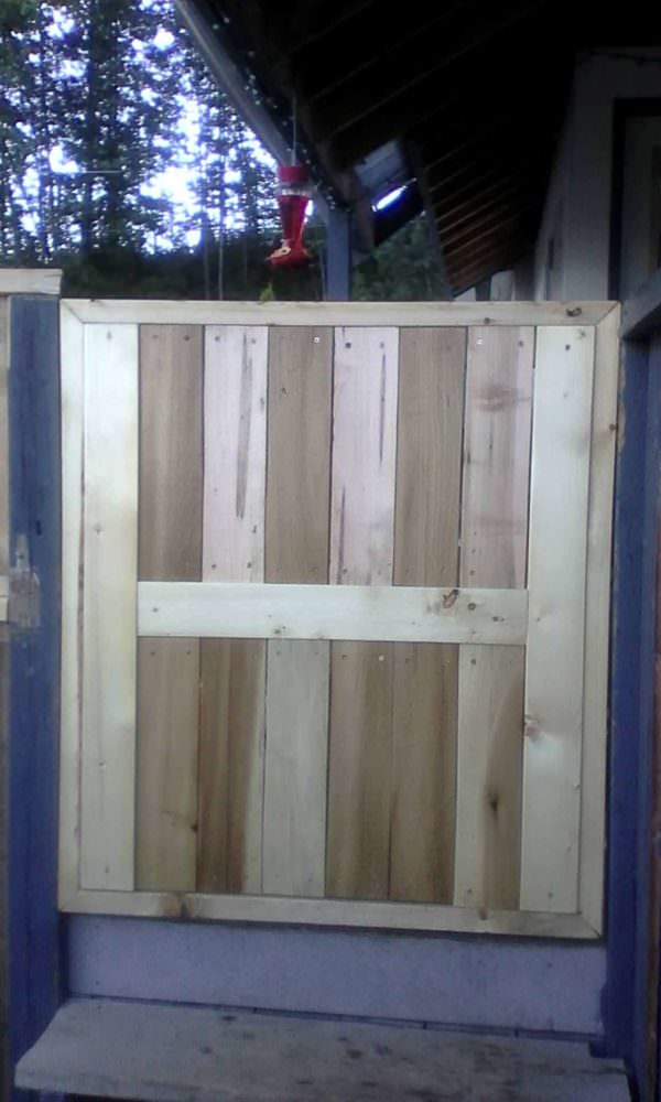 1001pallets.com-made-a-gate-from-a-pallet-that-was-heavily-damaged