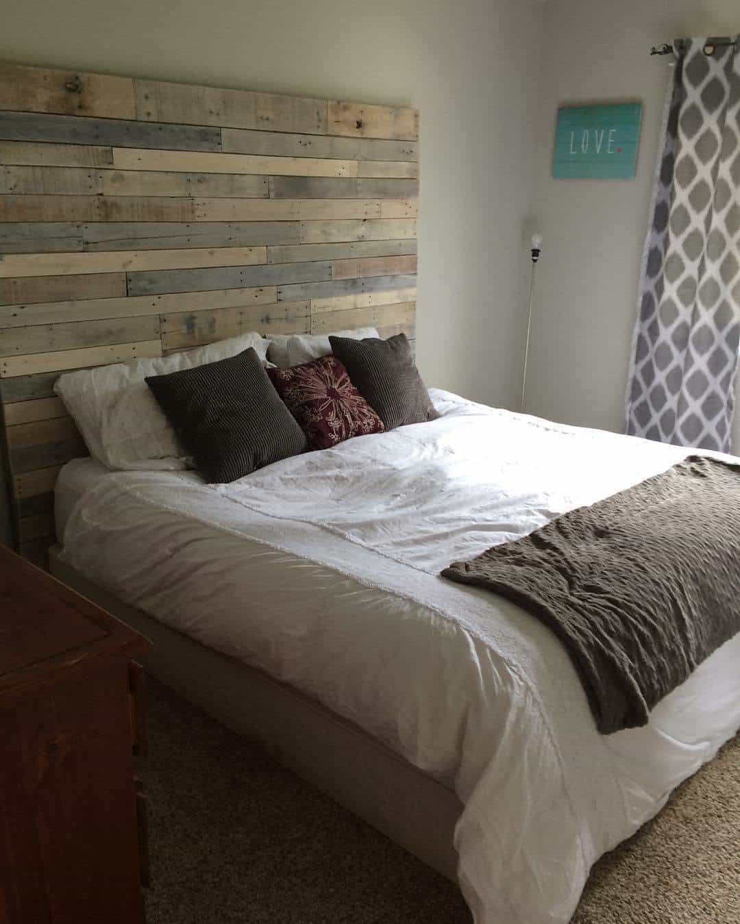 Whitewashed pallet headboard 1001 pallets for White pallet bed