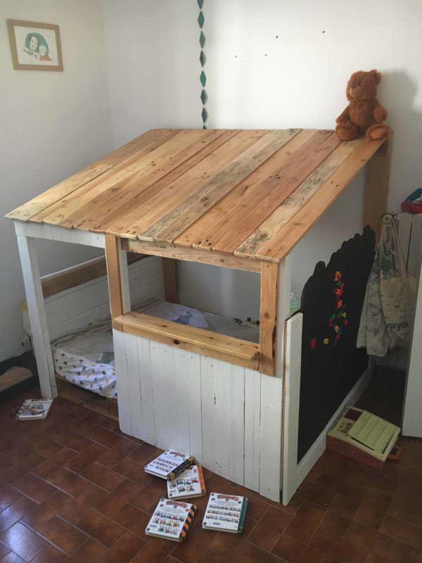 Child's Pallet Cabin Bed / Lit Cabane DIY Pallet Bed, Pallet Headboard & FrameFun Pallet Crafts for Kids