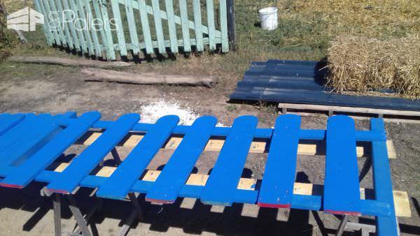 Country Garden Pallet Fence Has The Blues / Barrière En Palettes Pallet Fences