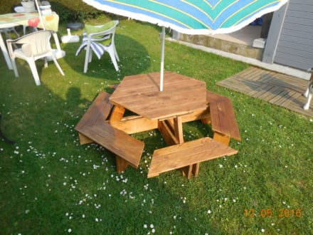 Pallet desks pallet tables diy wood pallet projects - Table picnic bois enfant ...