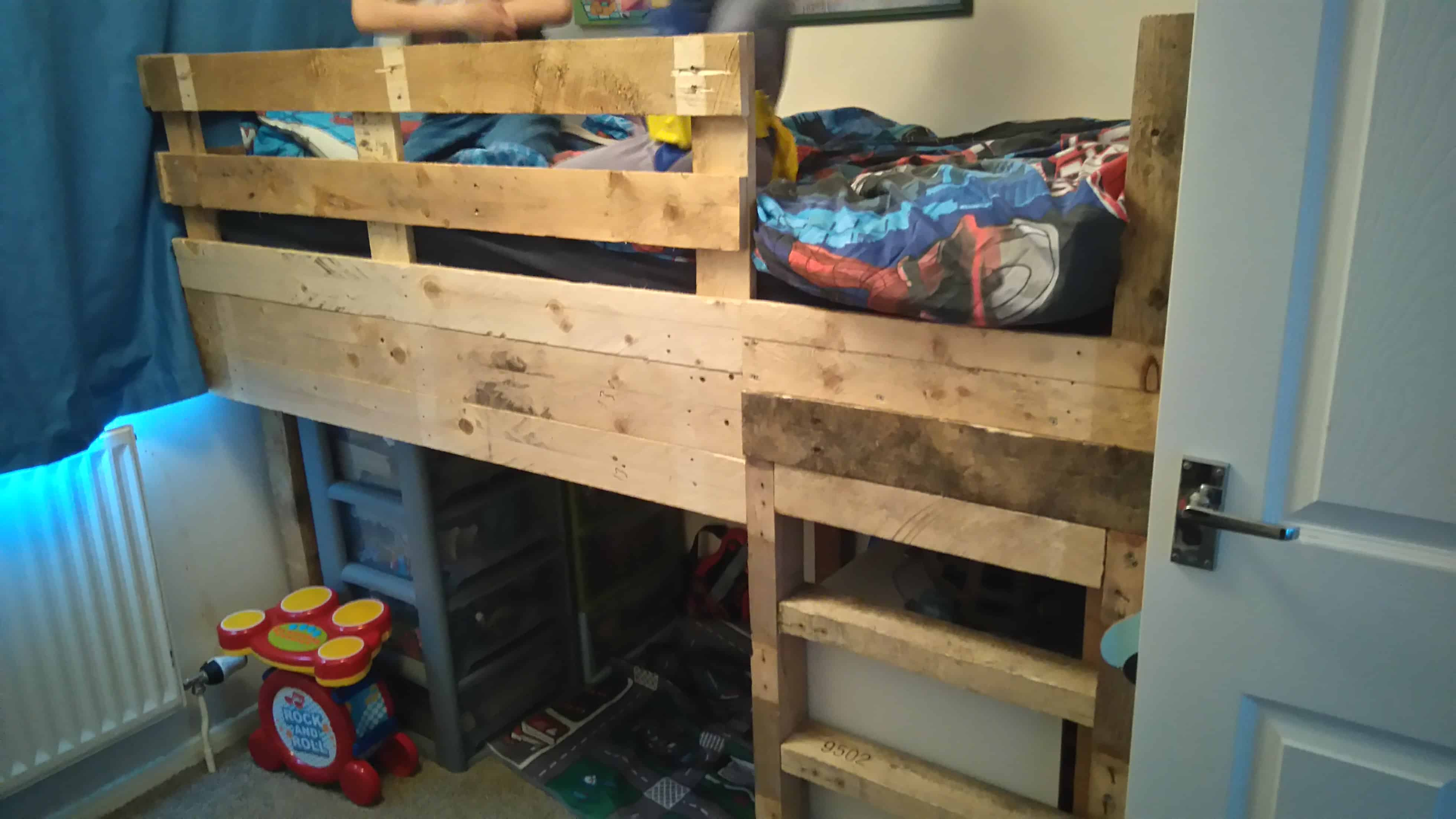 Tiny room pallet bunk bed play area 1001 pallets for Kids bed with play area