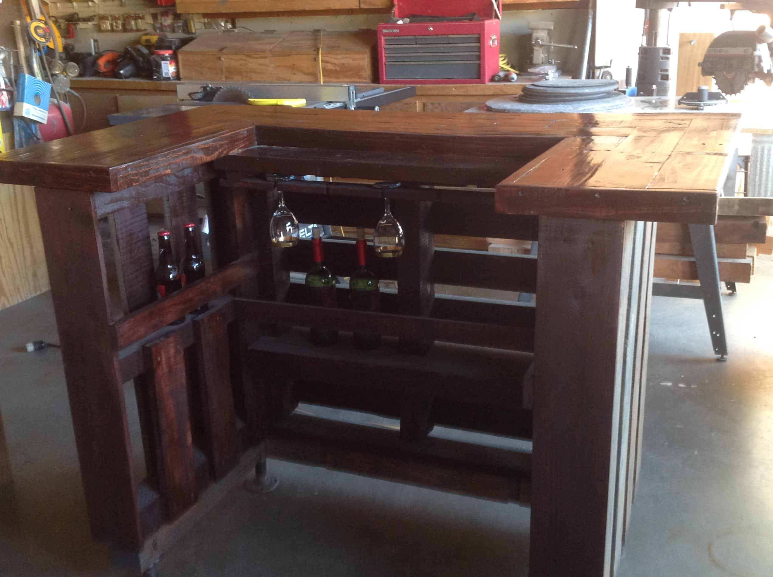 Adjustable height U shaped Pallet Bar Ideas