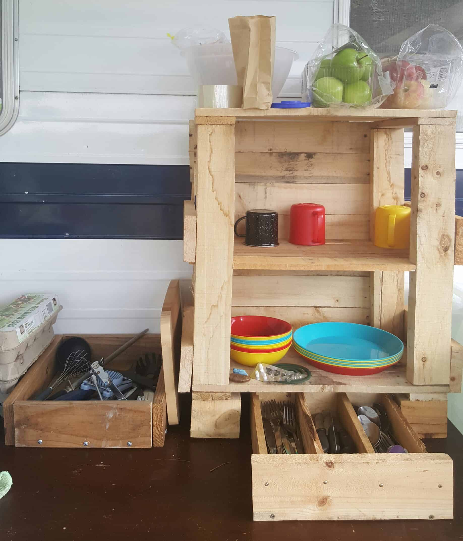 Creatively Improvised Pallet Camp Kitchen Tidy • 1001 Pallets