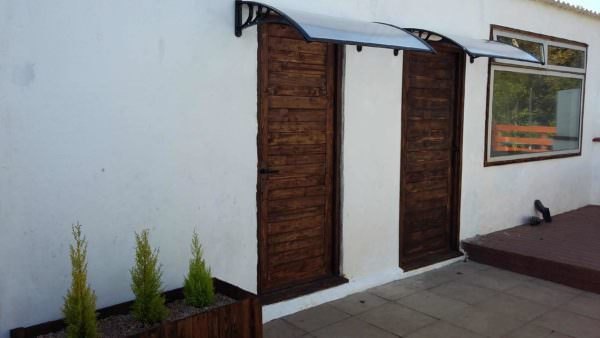 1001pallets.com-pallet-doors-and-matching-planters-box