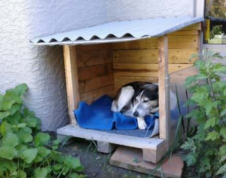 Snuggly Pallet Doghouse Lounger