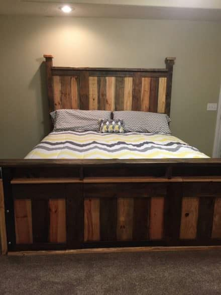 Diy pallet bed headboard frame pallet bedroom 1001 for Pallet king bed frame