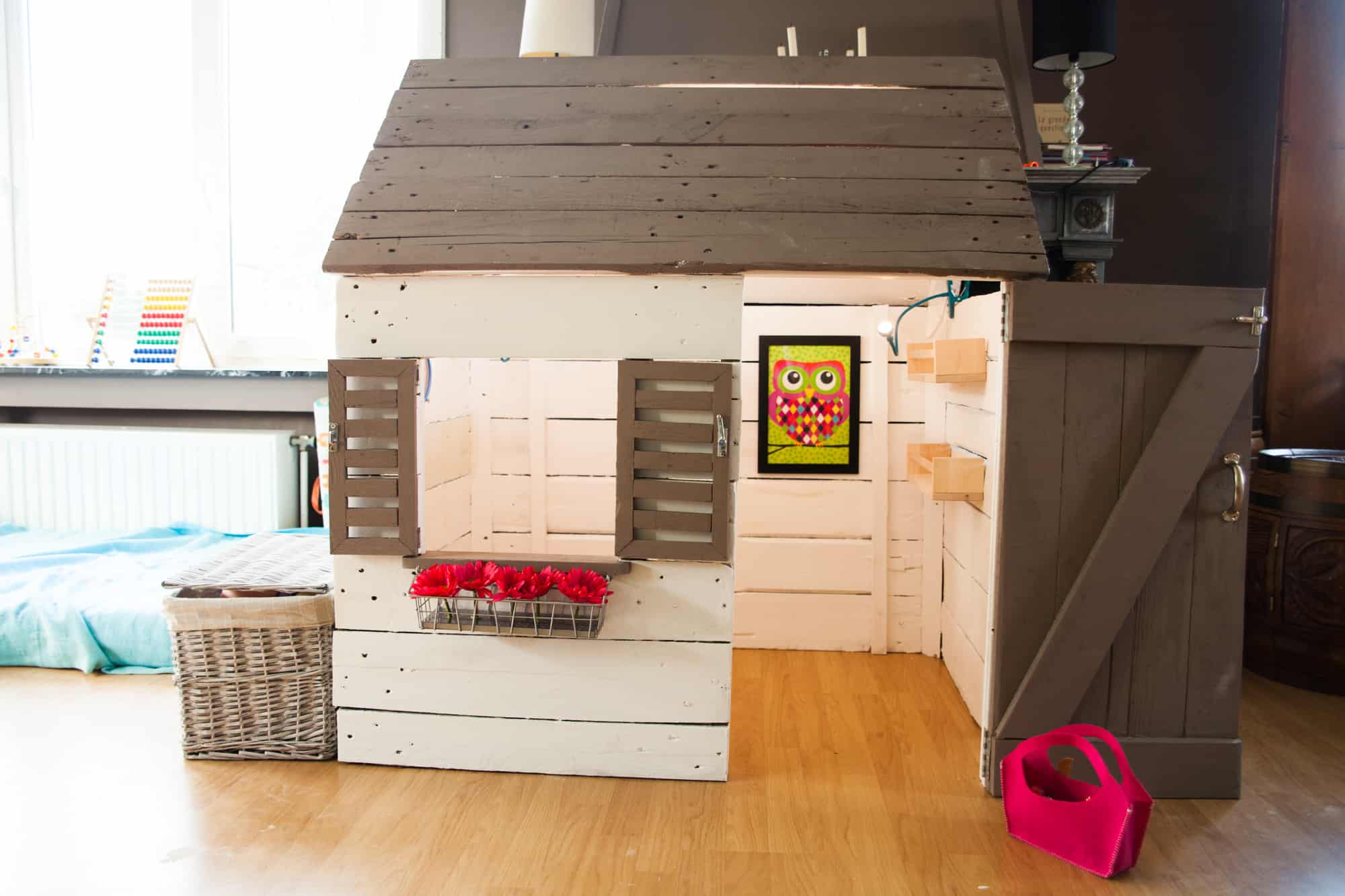 darling little pallet playhouse cabane pour enfant en. Black Bedroom Furniture Sets. Home Design Ideas