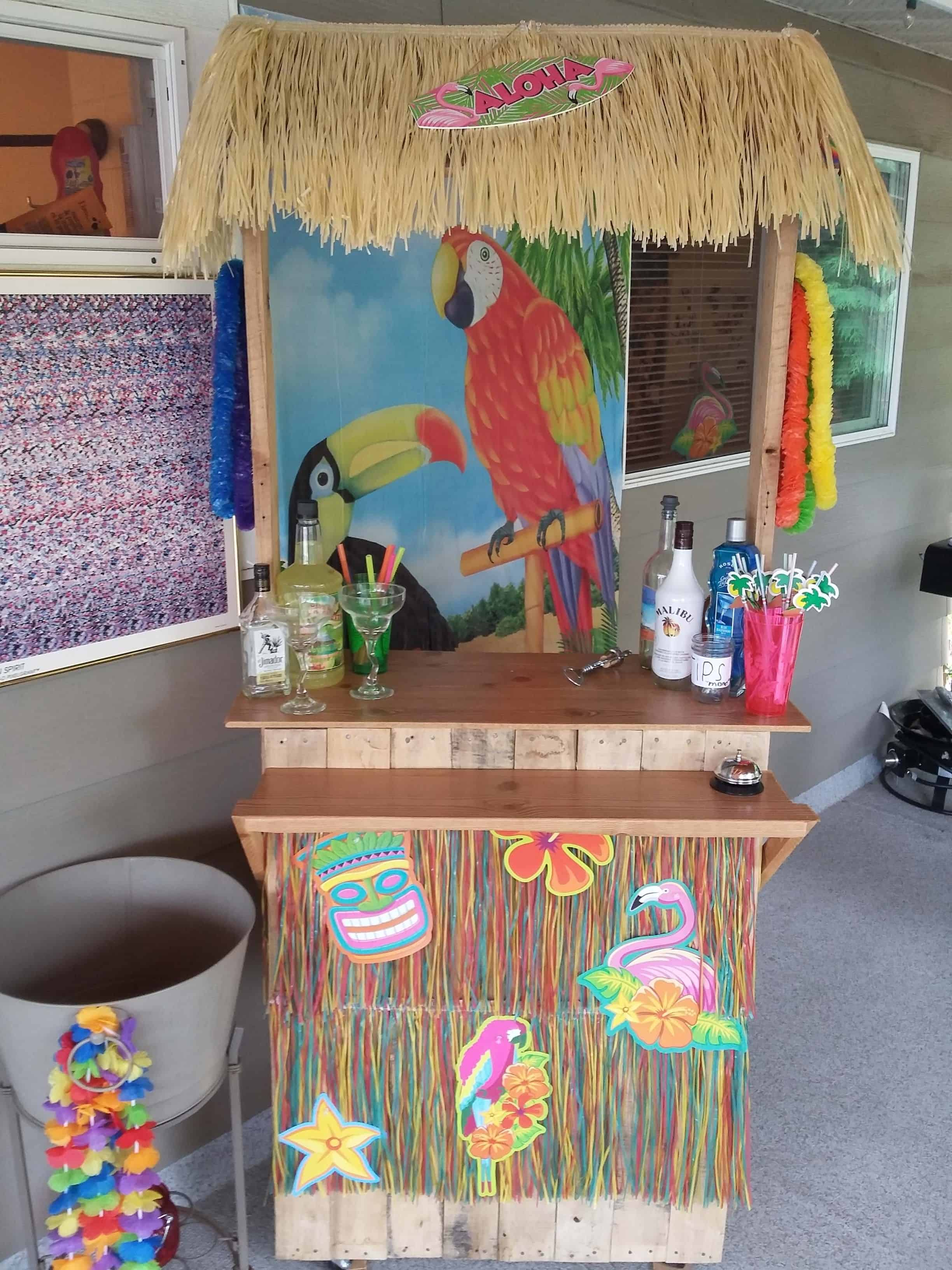Portable party 2 pallet tiki bar on wheels 1001 pallets for Building a tiki bar from pallets