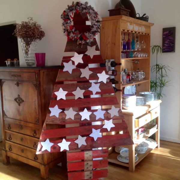 Cheery Cherry-red Pallet Christmas Trees / Sapin Noël En Palette Pallet Home Décor Ideas