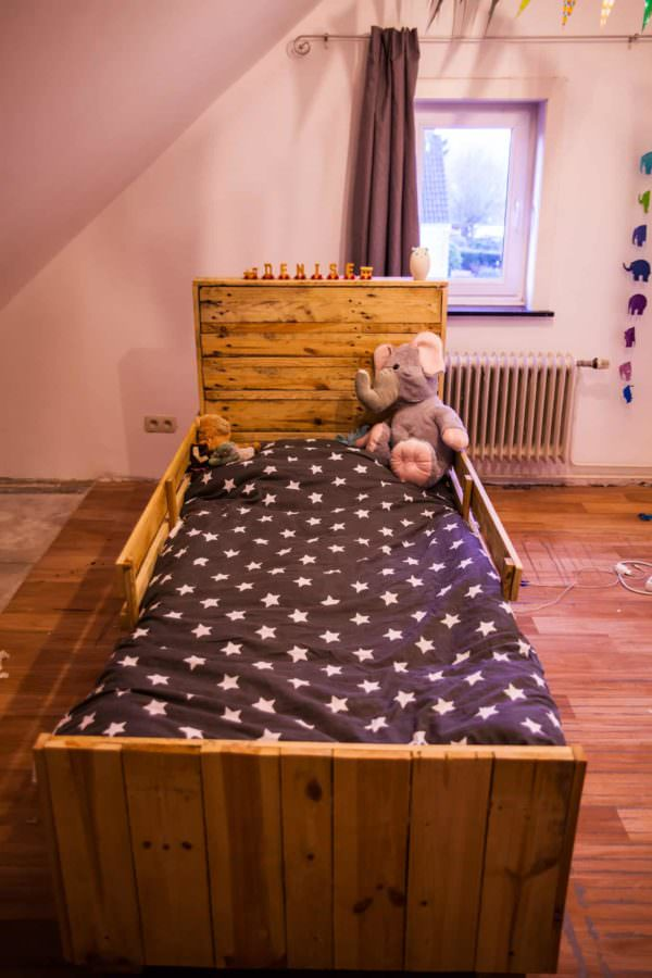 Daughter's First Bed Using Pallets / Un Lit En Palette Sur Roulette Fun Pallet Crafts for Kids Pallet Beds, Pallet Headboards & Frames