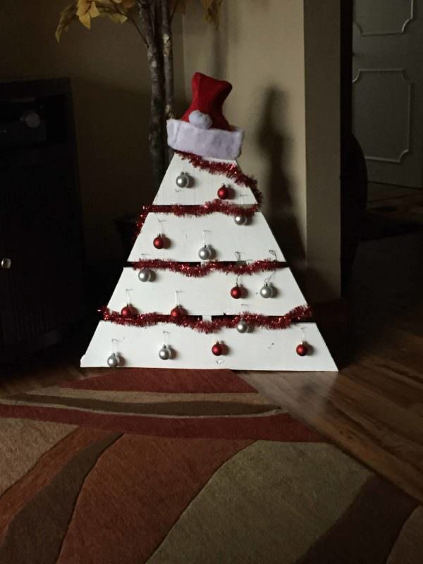 Festive, Easy Small Pallet Christmas Tree Fun Pallet Crafts for Kids Pallet ideas for DIY - Home Décor