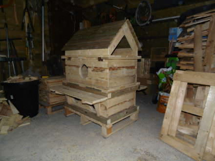 Outrageous Outdoor Deluxe Pallet Cat House