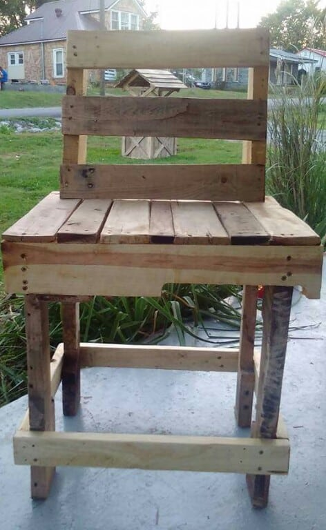 Relax With This Pallet Porch Table/Chair Set Pallet Benches, Pallet Chairs & StoolsPallet Desks & Pallet Tables