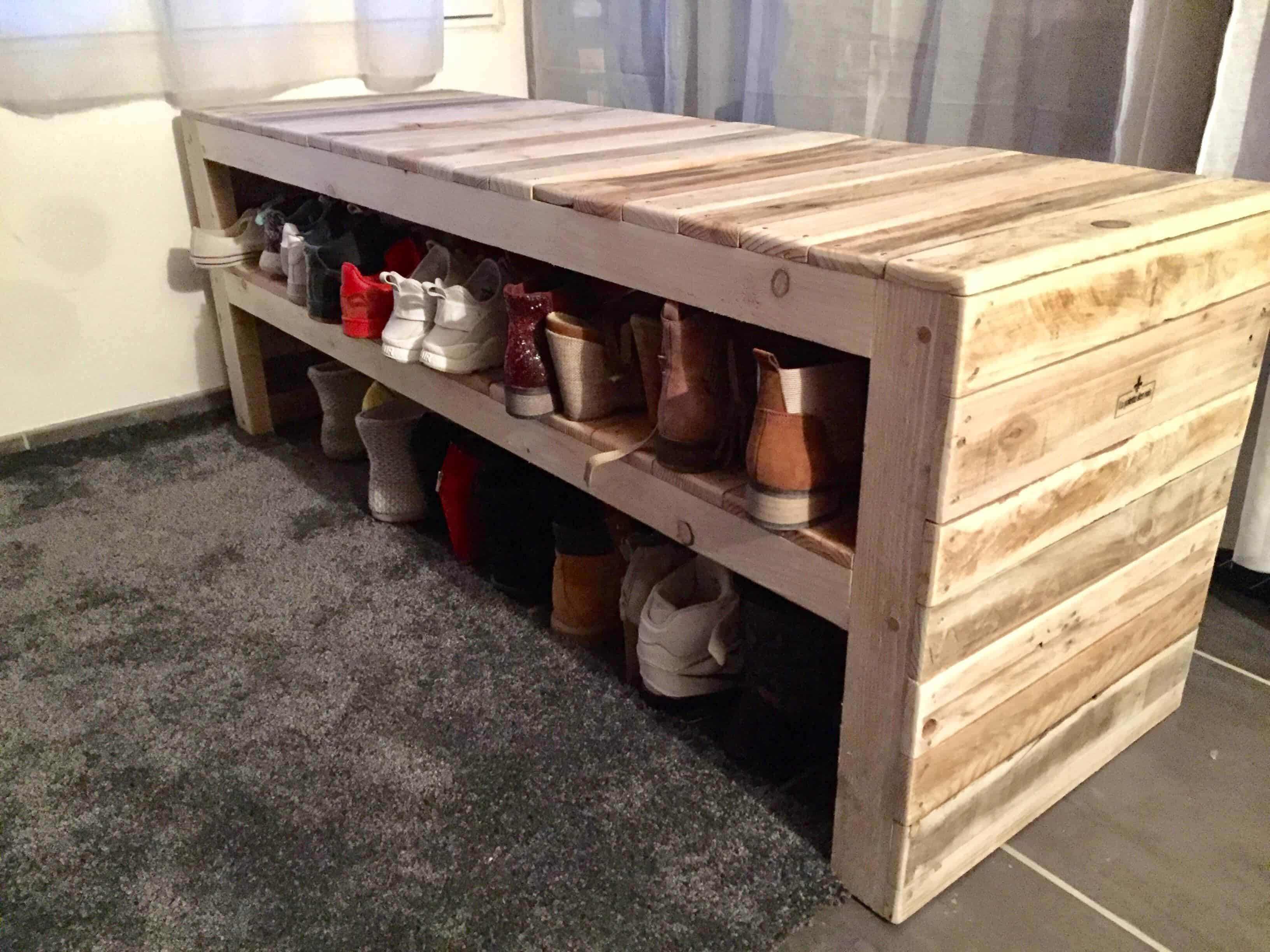 this pallet bench has two shoe storage shelves 1001 pallets. Black Bedroom Furniture Sets. Home Design Ideas