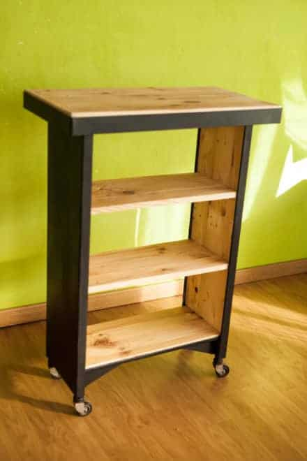 Pallet shelves pallet coat hangers pallet ideas 1001 for Table tv bois
