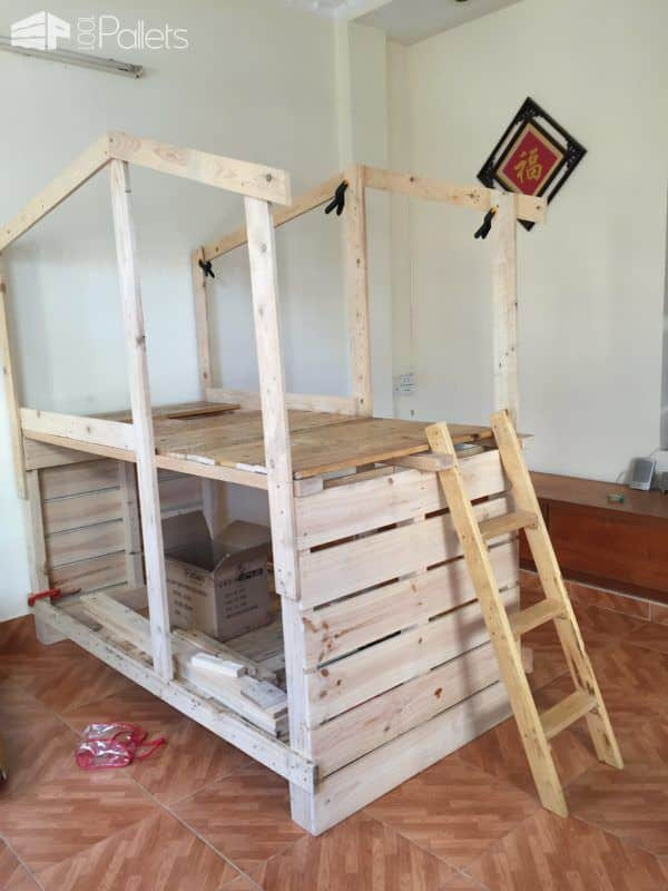 Outstanding pallet kids bunk beds with playhouse 1001 for Diy kids pallet bed